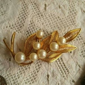 Vintage CoroCraft pearls and gold leaves brooch pi